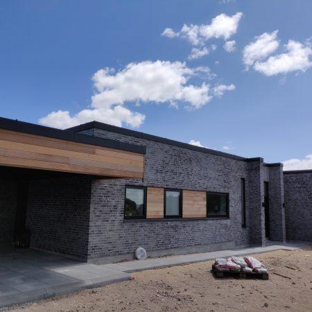 Stern beklædt med sort aluminium på nybygget hus